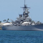Военен кораб в пристанището на Хонолулу