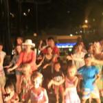 Туристи в парка  танцуват хула танци, Хонолулу, Оаху