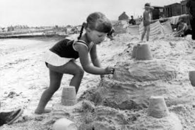 Деца играят в пясъка